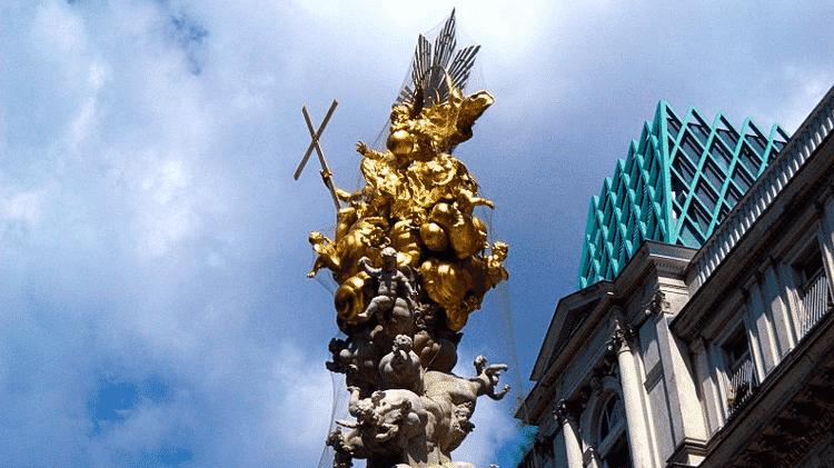 Situada no meio de uma das ruas mais famosas de Viena, a enorme escultura é um memorial da pior praga da história vienense - Wikimedia Commons - Wikimedia Commons