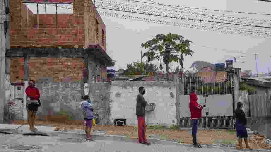 Moradores de Vargem Grande, região de Parelheiros no extremo sul de São Paulo, aguardam na fila para receber uma cesta básica doada pela Associação Pró-Brasil - Lalo de Almeida/Folhapress