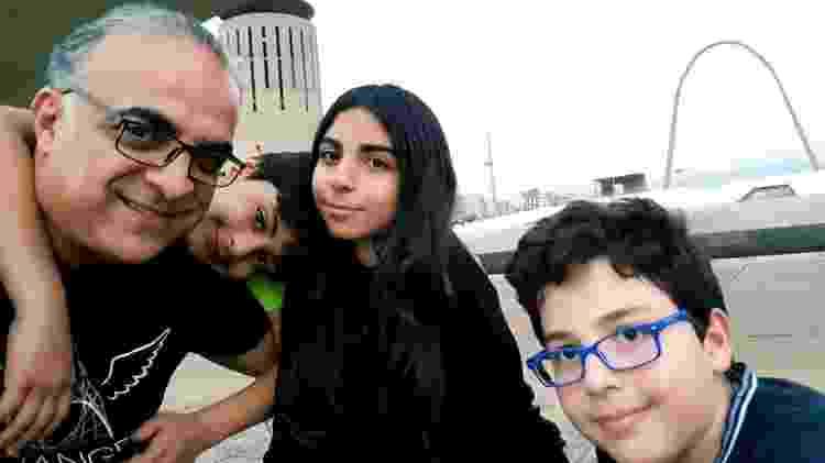O arquiteto Wassim Naghi e seus filhos, no complexo desenhado por Oscar Niemeyer em Trípoli - Fernanda Ezabella/UOL - Fernanda Ezabella/UOL