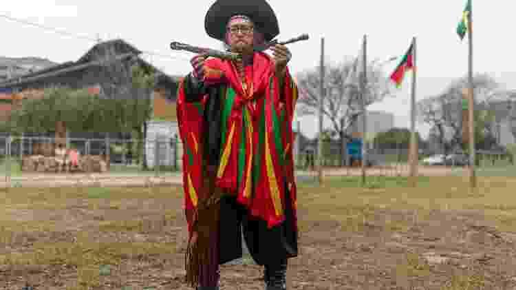 Semana Farroupilha: o cantor e compositor Tio Nanato carrega na cintura a faca enferrujada que diz ser uma relíquia histórica - Tiago Coelho/UOL - Tiago Coelho/UOL