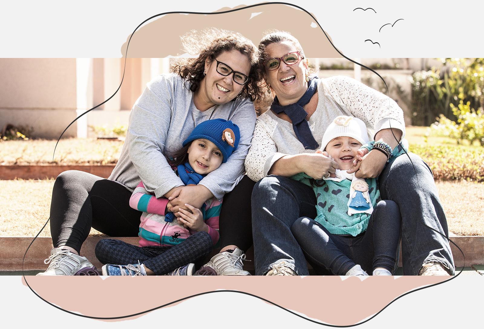 As mamães Albertina Cabral (esq.) e Claudia Crespin com as gêmeas Bianca e Milena