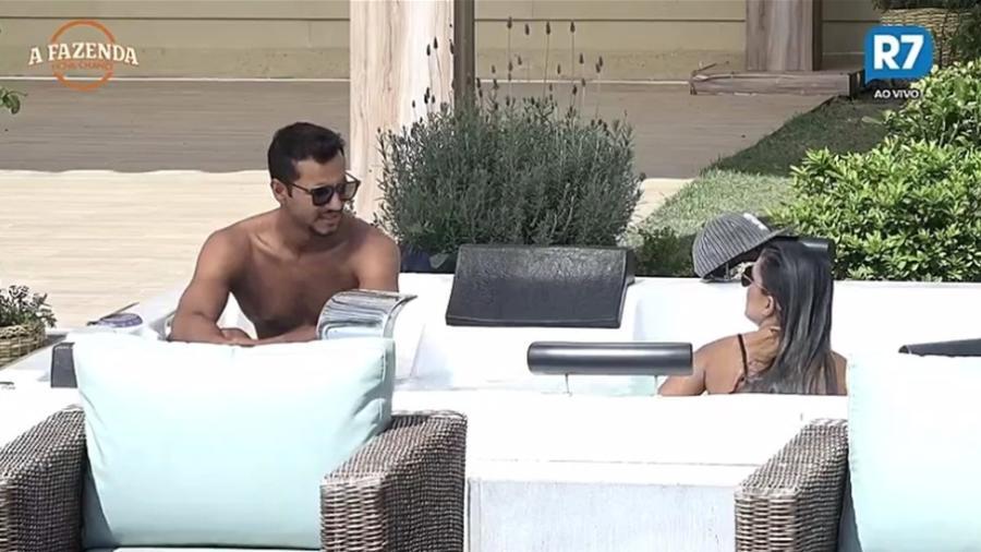 Matheus conversa com Flávia na hidromassagem  - Reprodução/R7