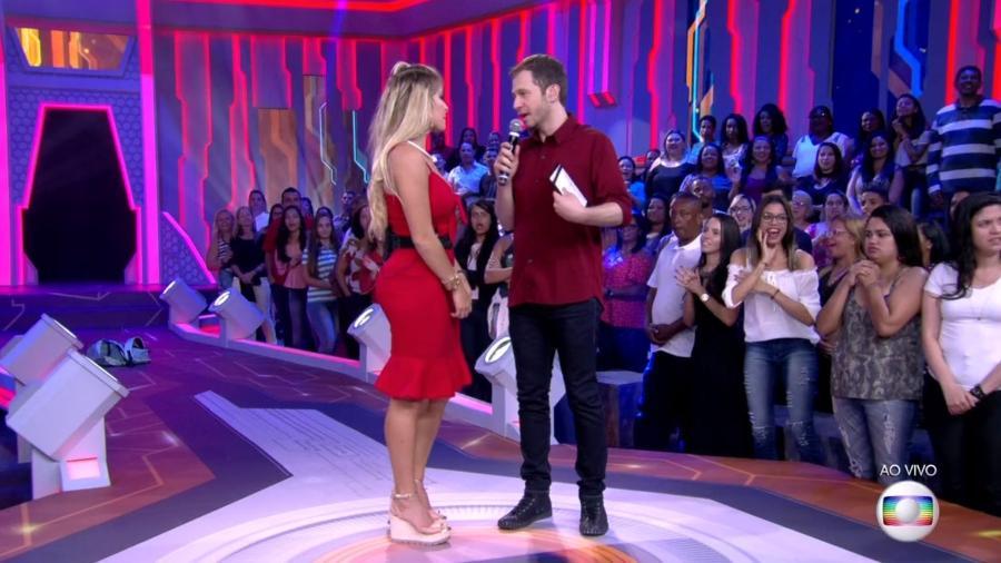 """Tiago Leifert interrompe Jaqueline para falar do episódio do anjo: """"A gente viu o vídeo""""  - Reprodução/TvGlobo"""