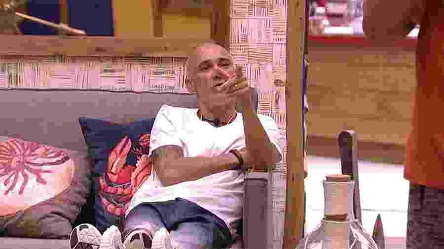 """Ayrton conversa com Viegas na sala da casa do """"BBB18"""" - Reprodução/GloboPlay"""