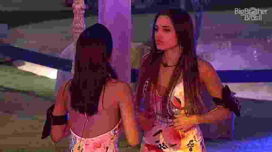 """Paula e Gleici conversam durante a festa """"Latina"""" - Reprodução/GloboPlay"""