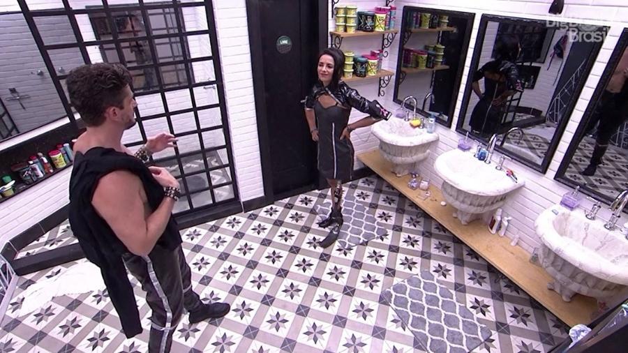 Marcos e Marinalva conversam na despensa da casa - Reprodução/TV Globo