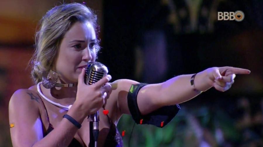 Jéssica canta no karaokê  - Reprodução/Globosatplay