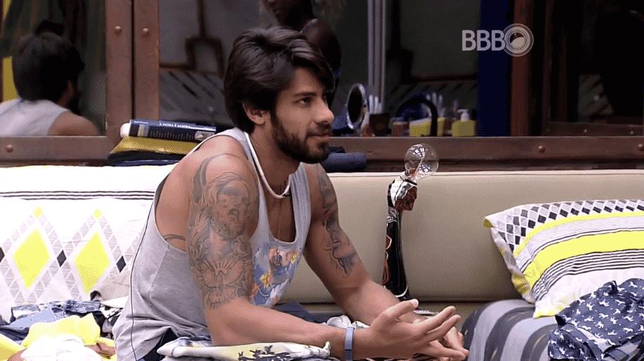 5.fev.2016 - Renan diz que gosta de Juliana somente como amiga - Reprodução/TV Globo