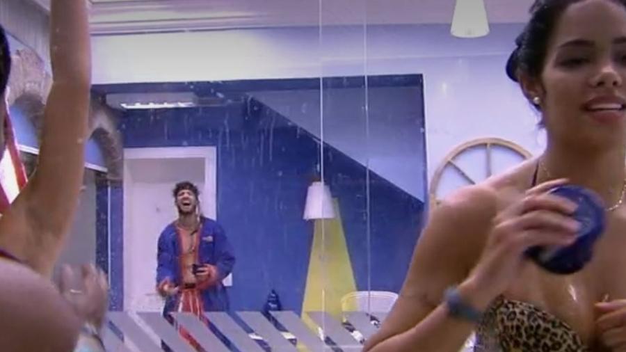 Sisters reutilizam água do chão do box para tomar banho - Reprodução/TV Globo