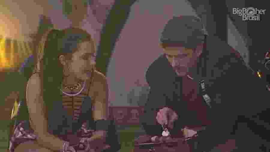 Emilly e Marcos conversam sobre Ieda - Reprodução/TV Globo