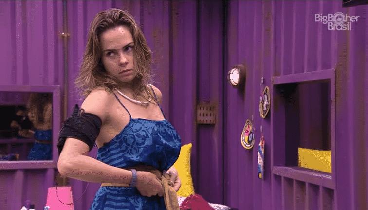 16.fev.2016 - Ana Paula diz a Ronan que não é doadora de sangue por possuir diversos parceiros sexuais - Reprodução/TV Globo