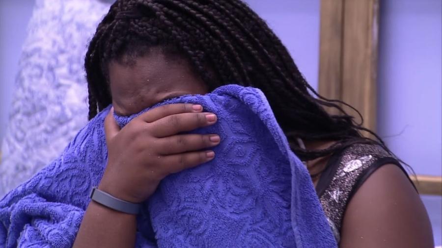 Roberta chora após beber demais na festa desta sexta (10) - Reprodução/TV Globo