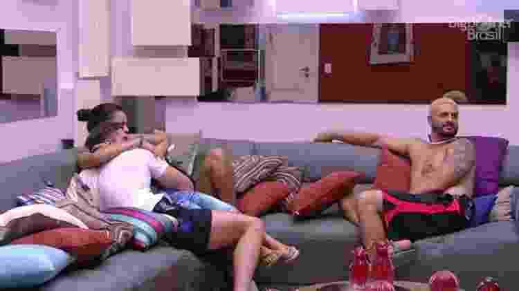 """Emilly senta no colo de Marcos na sala do """"BBB17"""" - Reprodução/Tv Globo - Reprodução/Tv Globo"""