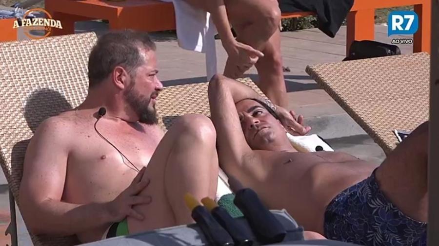 Conrado e Fábio Arruda conversam perto da piscina  - Reprodução/R7