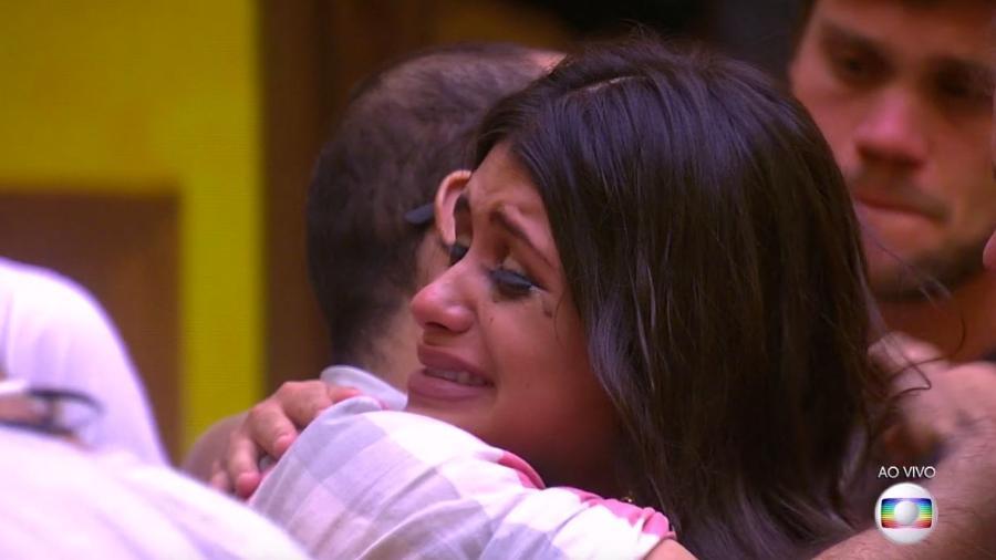 Ana Paula e Mahmoud se abraçam após anúncio do terceiro paredão - Reprodução/TvGlobo
