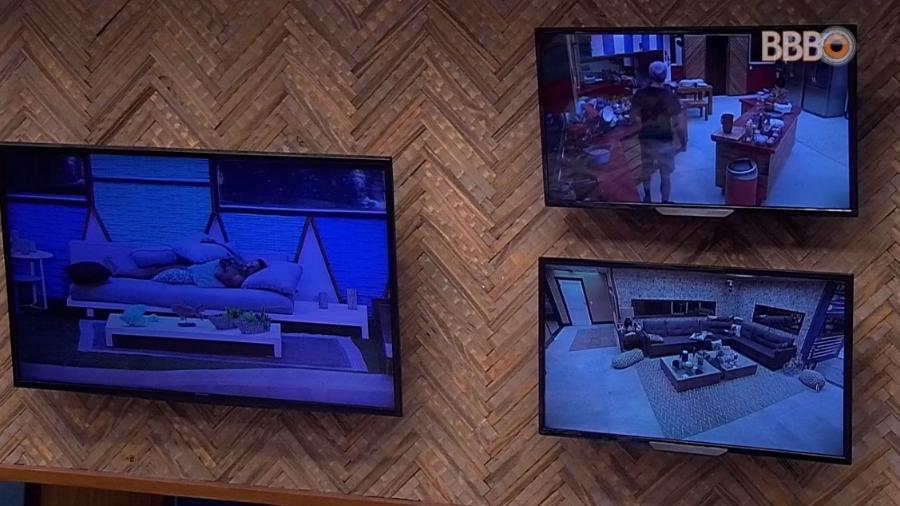 Paula e Jéssica assistem Breno pela TV do quarto do líder - Reprodução/Globoplay