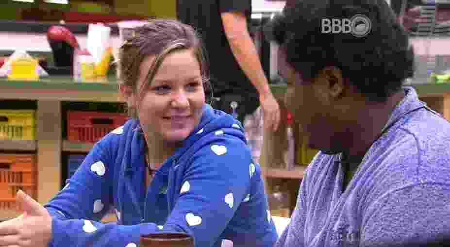 """11.fev.2016 - Em tom de brincadeira, Ronan pergunta para Maria Claudia: """"Você é boba ou se faz?"""" - Reprodução/TV Globo"""