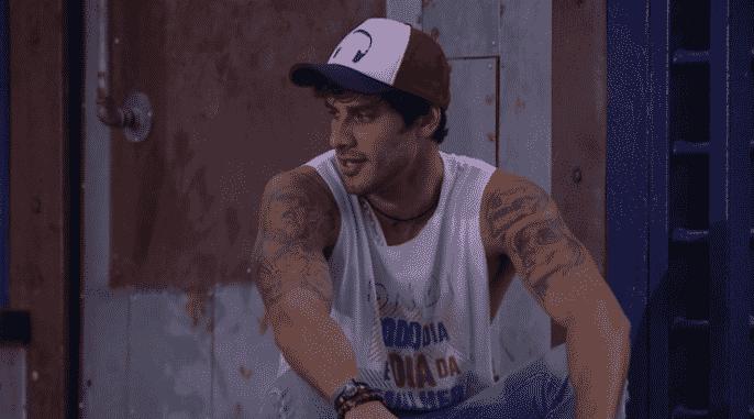 """9.mar.2016 - Renan comenta discurso de Bial: """"Sabe por que ele falou do Gulliver [de As Viagens de Gulliver]? Por causa do Ronan. Todo mundo no primeiro paredão pensou que ele ia sair, e ele virou um gigante"""". Matheus rebate: """"Então já temos um vencedor desse programa"""" - Reprodução/TV Globo"""