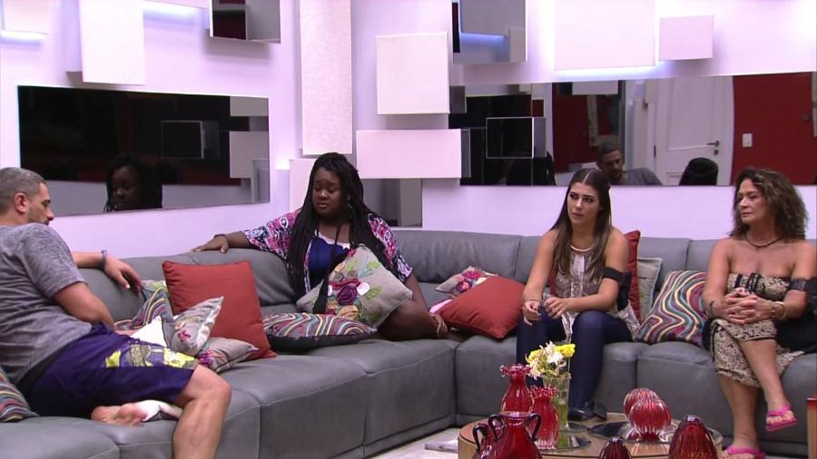 Daniel é interrogado pelo lado mexicano da casa - Reprodução/TV Globo