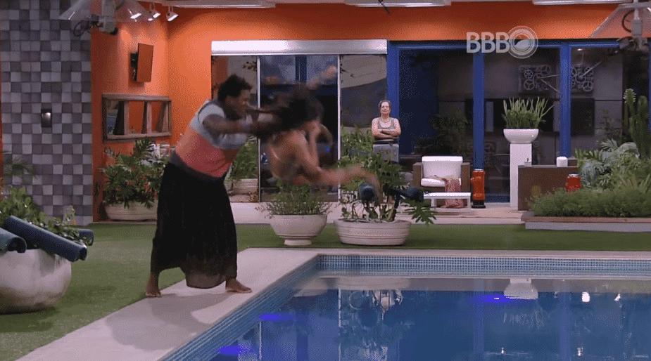 """22.mar.2016 - Ronan joga Munik dentro da piscina, no """"BBB16"""" - Reprodução/TV Globo"""
