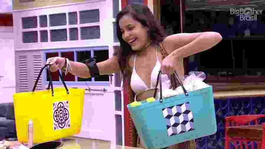 Emilly chega com os presentes da produção - Reprodução/TV Globo