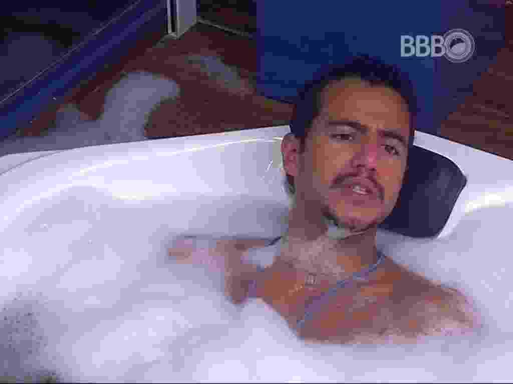 6.mar.2016 - Matheus conta para Renan e Adélia que dará a imunidade para Geralda - Reprodução/TV Globo
