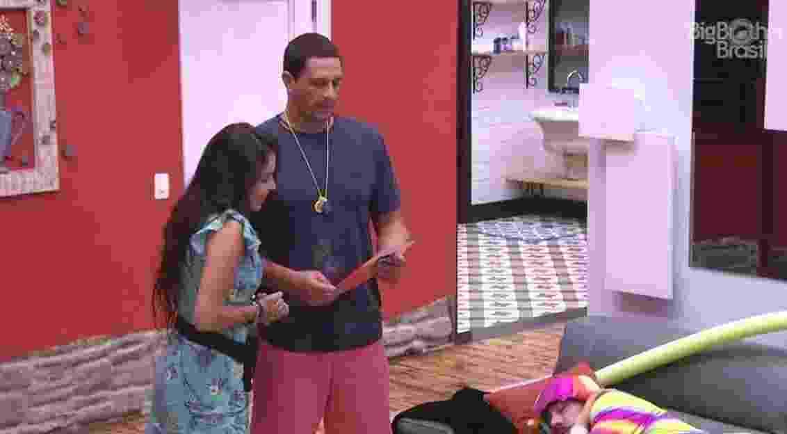 Daniel e Emilly convidam Pedro, Roberta e Marcos para happy hour - Reprodução/TV Globo