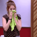 Ana Clara assoa o nariz em um pano de prato - Reprodução/GloboPlay