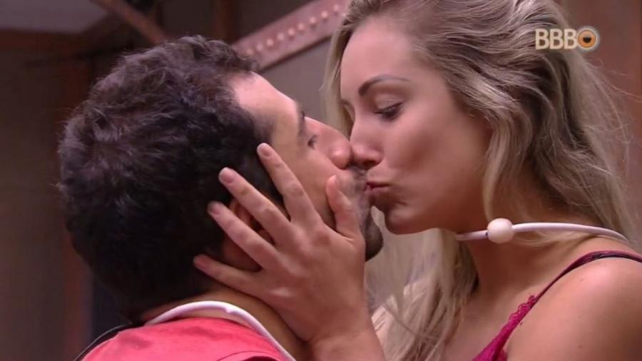 Kaysar e Jéssica dão um selinho de brincadeira  - Reprodução/GlobosatPlay
