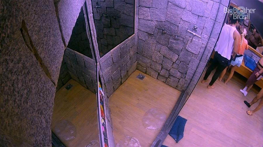 Câmera do chuveiro mostra Lucas ajudando Jéssica - Reprodução/GloboPlay