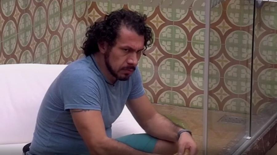 Rômulo fala mal de Emilly para Marcos - Reprodução/TV Globo