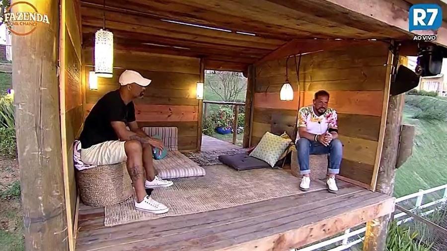 Dinei e Conrado falam sobre Marcos e Nahim na casa da árvore - Reprodução/R7