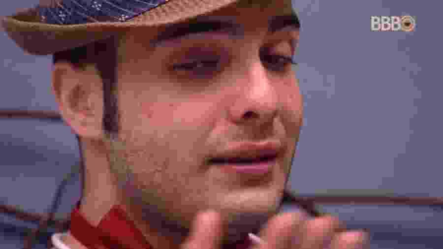 Mahmoud chora novamente em conversa com Lucas - Reprodução/Globoplay