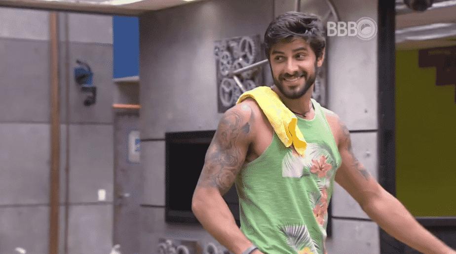 7.mar.2016 - Renan conta para Geralda e Ronan que comprou churrasco para curtir com Matheus - Reprodução/TV Globo