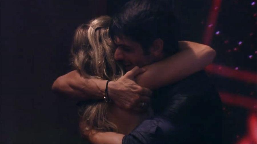 """Jéssica e Lucas se abraçam durante festa no """"BBB18"""" - Reprodução/GloboPlay"""