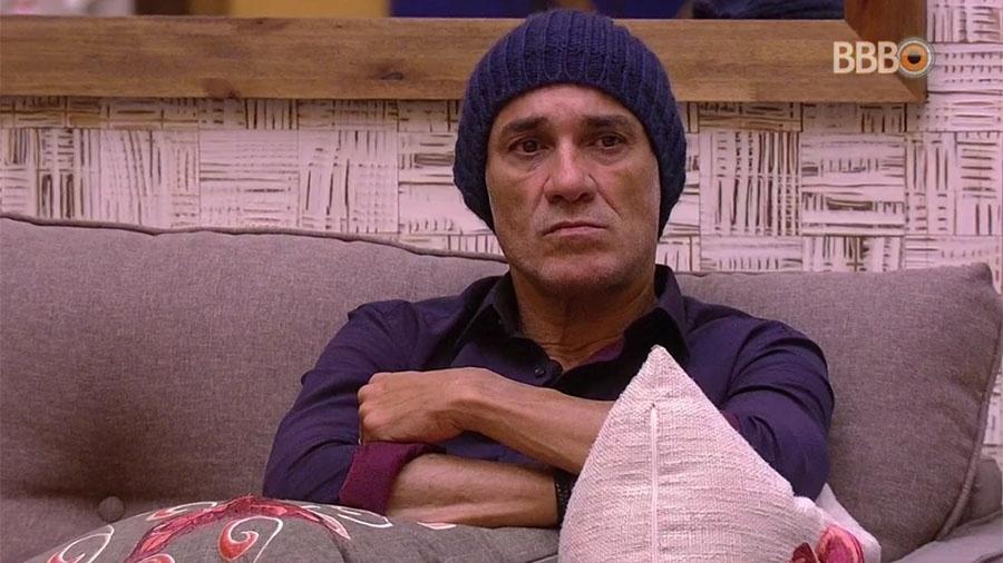 """Ayrton espera na sala da casa do """"BBB18"""" pelo início da festa - Reprodução/GlobosatPlay"""