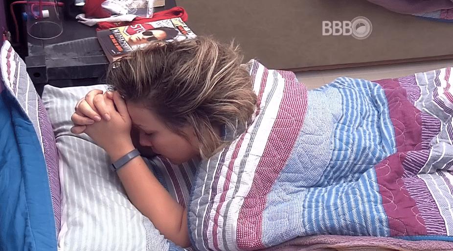 1.abr.2016 - Enquanto brothers dormem, Maria Claudia faz suas orações