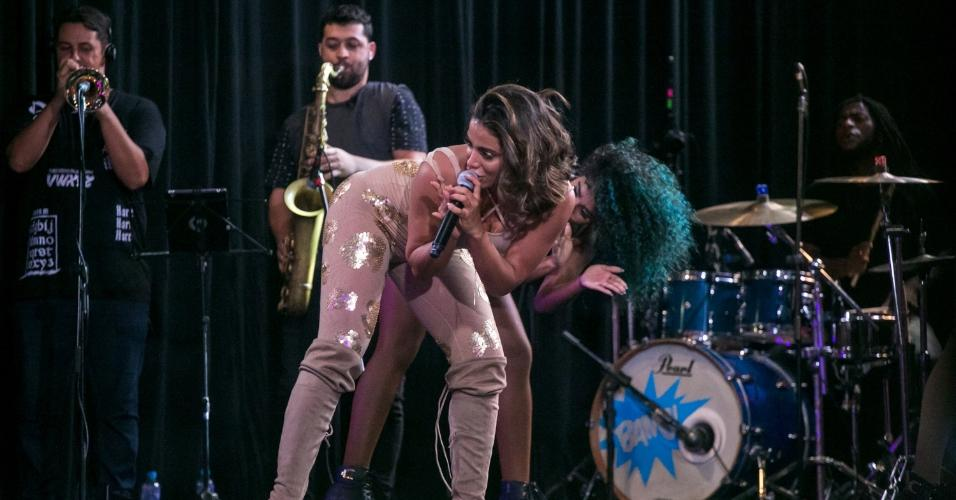 Anitta dança em show no