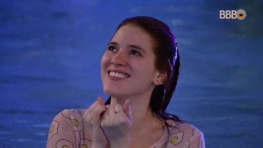 Ana Clara acha escapulário perdido na piscina - Reprodução/Globoplay