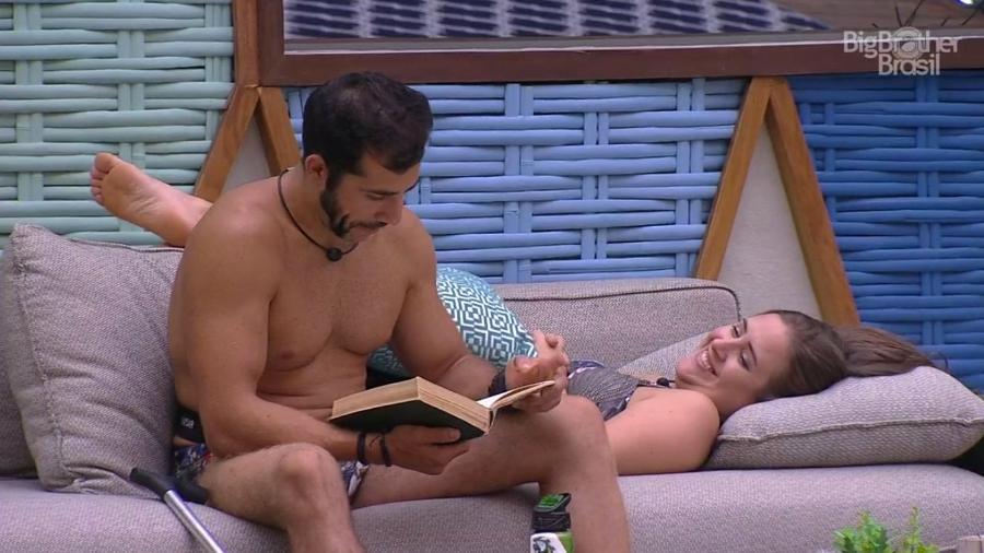 Kaysar conversa com Patrícia na área externa da casa  - Reprodução/GloboPlay