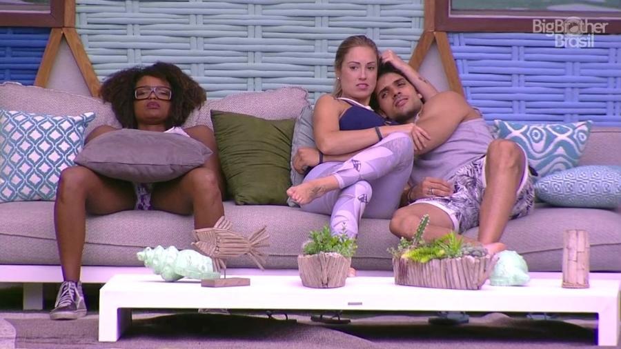 Jéssica e Lucas trocam carinhos na área externa - Reprodução/GloboPlay