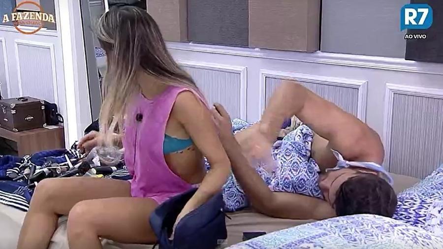 Flávia limpa seu estojo de maquiagem - Reprodução/R7