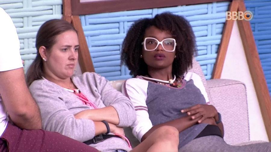 Nayara e Patrícia conversam na área externa da casa  - Reprodução/GlobosatPlay