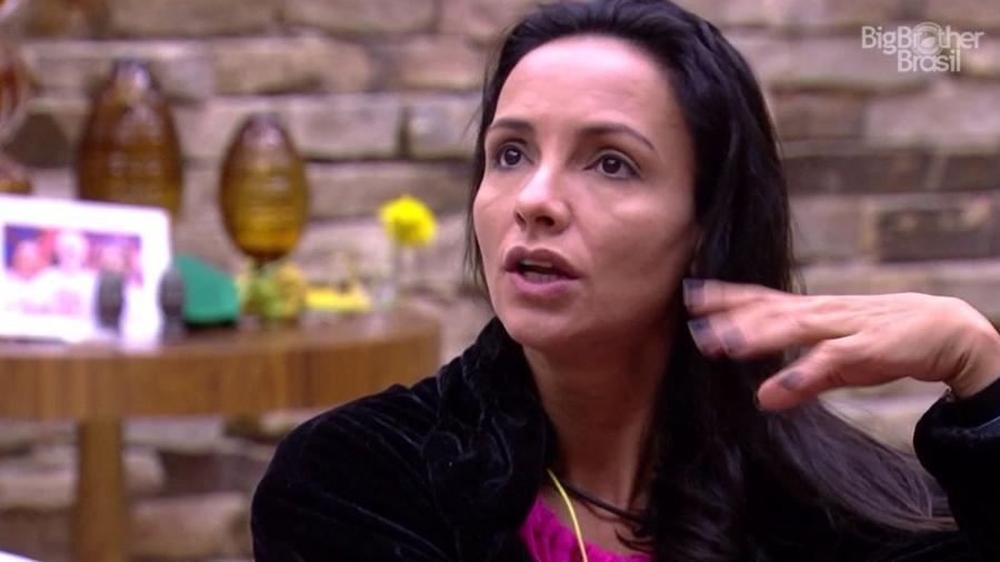 Marinalva usa roupão do líder para enganar Rômulo - Reprodução/TV Globo