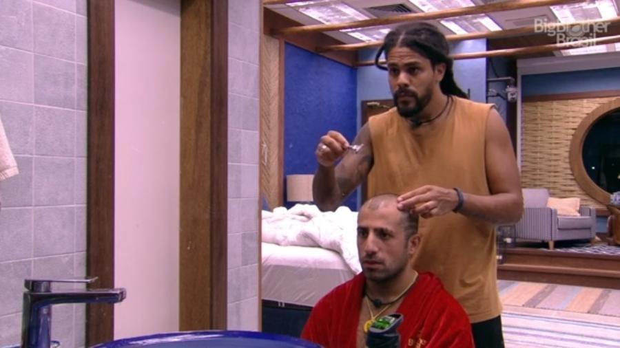 Viegas corta o cabelo de Kaysar  - Reprodução/GloboPlay