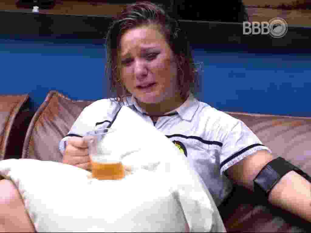 28.fev.2016 - Maria Claudia chora depois de ter se desentendido com Geralda - Reprodução/TV Globo