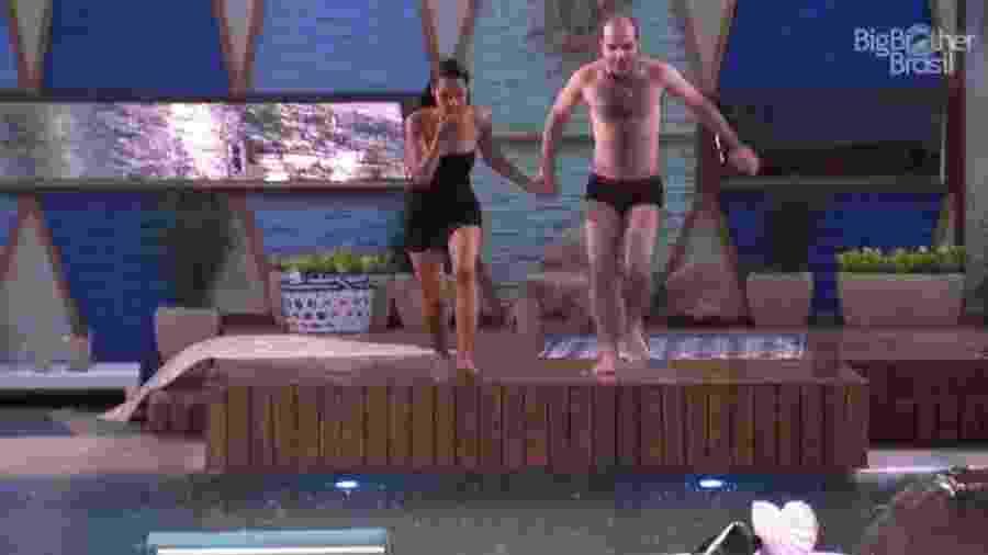 Gleici e Mahmoud pulam na piscina depois de sobreviverem ao segundo paredão  - Reprodução/Gshow