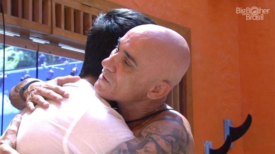 Ayrton e Lucas se abraçam na academia - Reprodução/GloboPlay