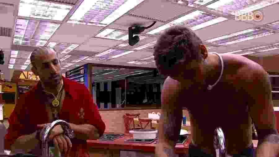 Breno e Kaysar conversam sobre indicação do líder - Reprodução/GlobosatPlay