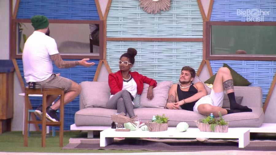 Caruso e Nayara conversam sobre futebol americano  - Reprodução/GloboPlay